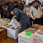 (株)梅市水産 毎回大勢のお客様に来ていただいています。刺身用の真サバは毎回大人気で調理して販売しております。新鮮で栄養価の高い青魚がおすすめです。又1000円の鮮魚セットあり