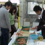 福岡蒲鉾水産加工協同組合 (株)博水 博多玄界灘産の「えそ」を使って揚げ蒲鉾を実演販売しています。揚げたて熱々の「博多なんこつ天」はコラーゲンたっぷりで、博多美人のお娘さん、元気な子どもに大人気です。