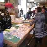 (株)コウトク水産 当店の目玉は1尾50円の冷凍エビです。(ブラックタイガー中心)毎回実施していますが大好評です。やっぱり我々日本人はエビ、カニ、イカが大好きな人ですよネ。