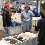 (株)丸久 朝セリで仕入れた新鮮な魚介類や自社加工した魚の真空パックなど、色々な商品を取り揃えています。